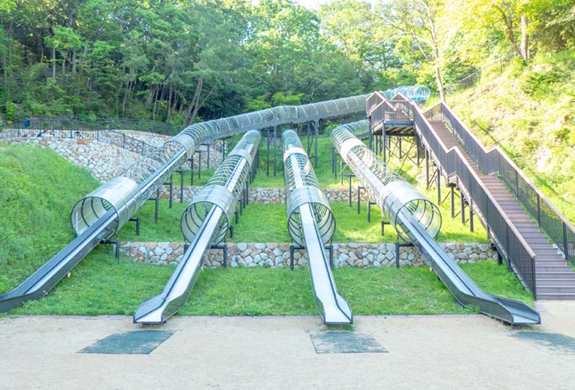 遊びの森に4基ある長いすべり台