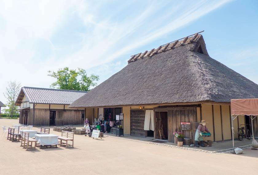 茅葺屋根の伝庫の家と里山情報館
