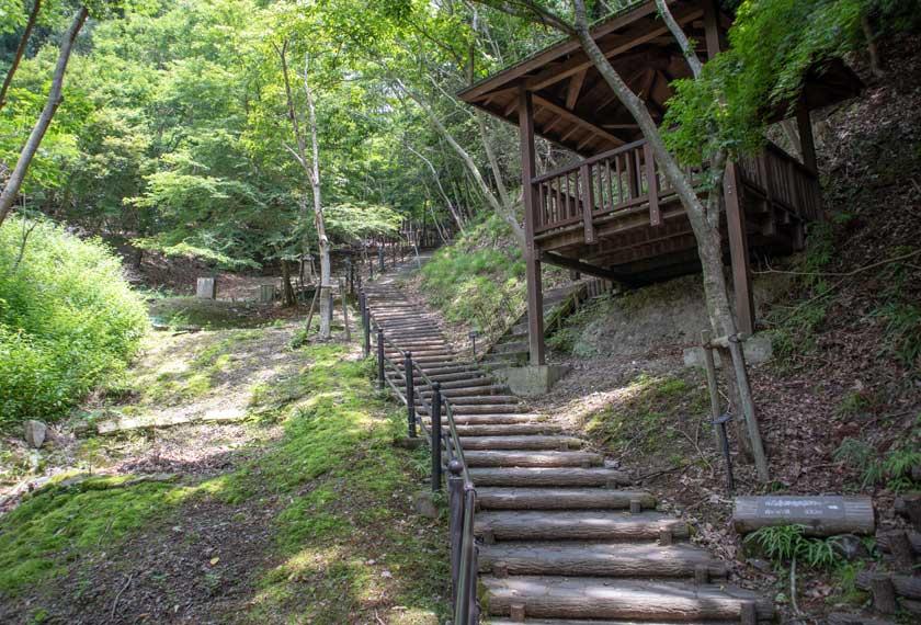 湖畔の駐車場から公園に上がる階段
