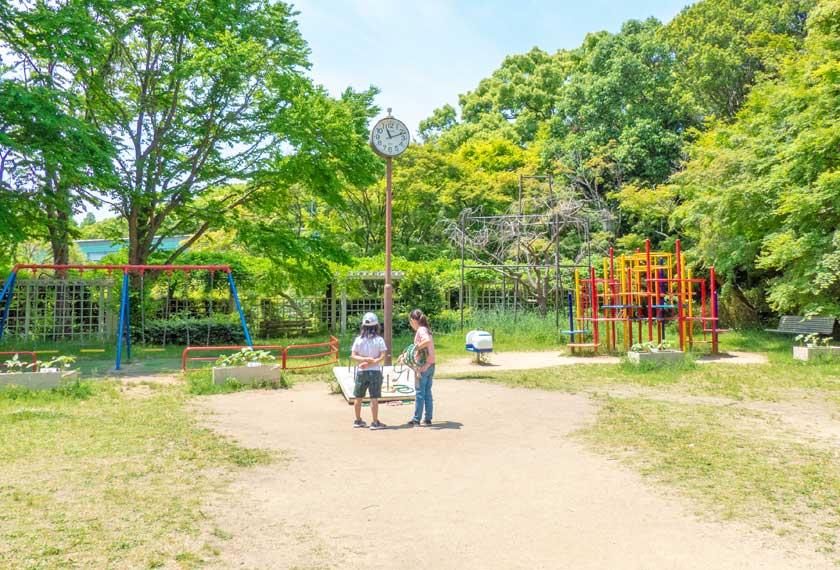 花の広場にあるブランコや輪投げなどの遊具