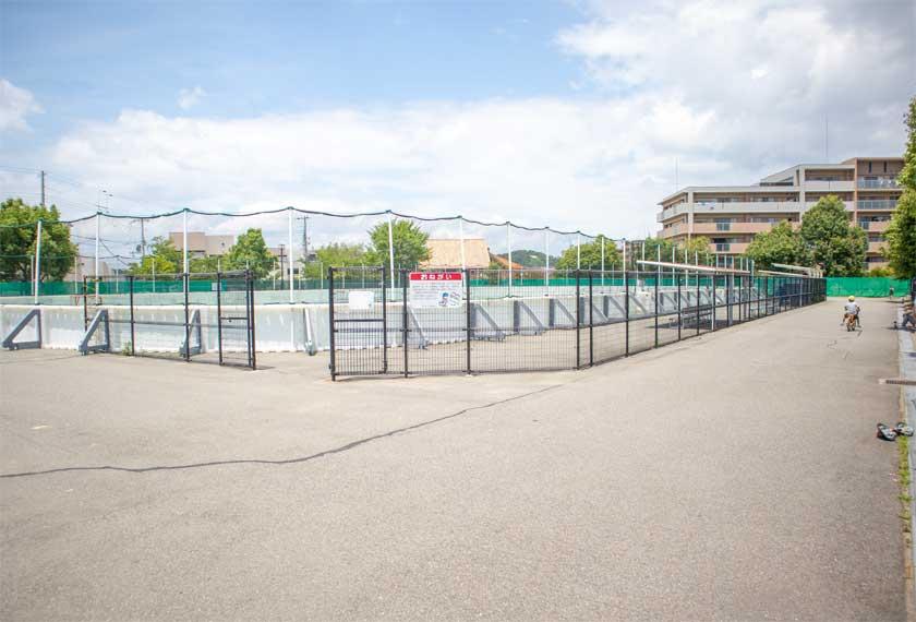 スケボーなどの練習ができるコンクリートのスペース
