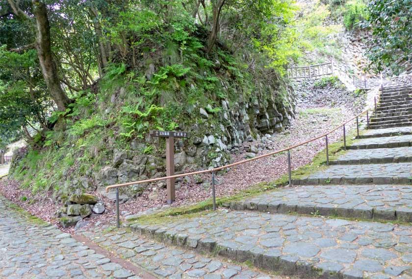 玄武洞までの階段