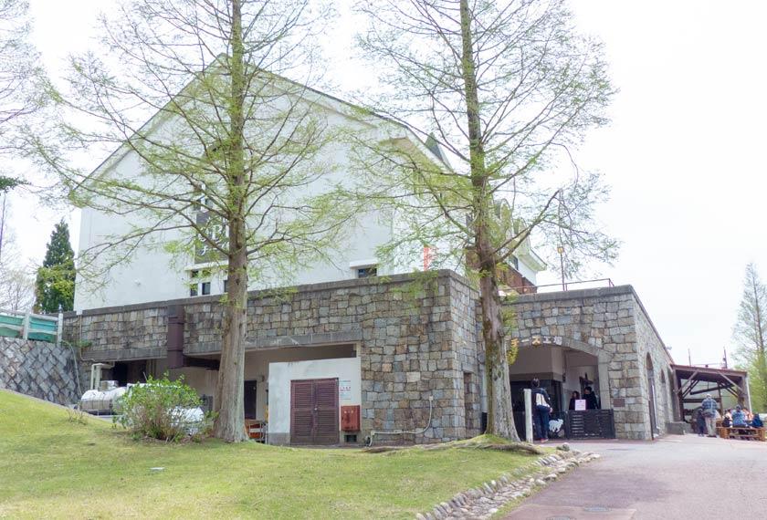 QBBチーズ館と食作り体験教室がある建物の外観