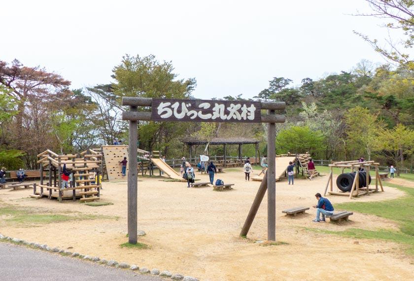 子供用の遊具がある「ちびっこ丸太村」