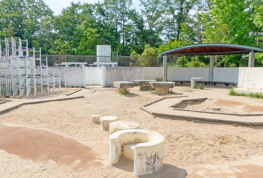 泥コネ場も備える砂場