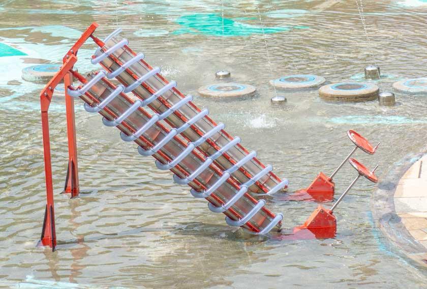 元浜緑地のわんぱく池のアルキメデスのポンプ