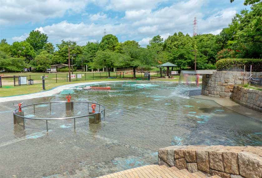元浜緑地の水遊びができるわんぱく池