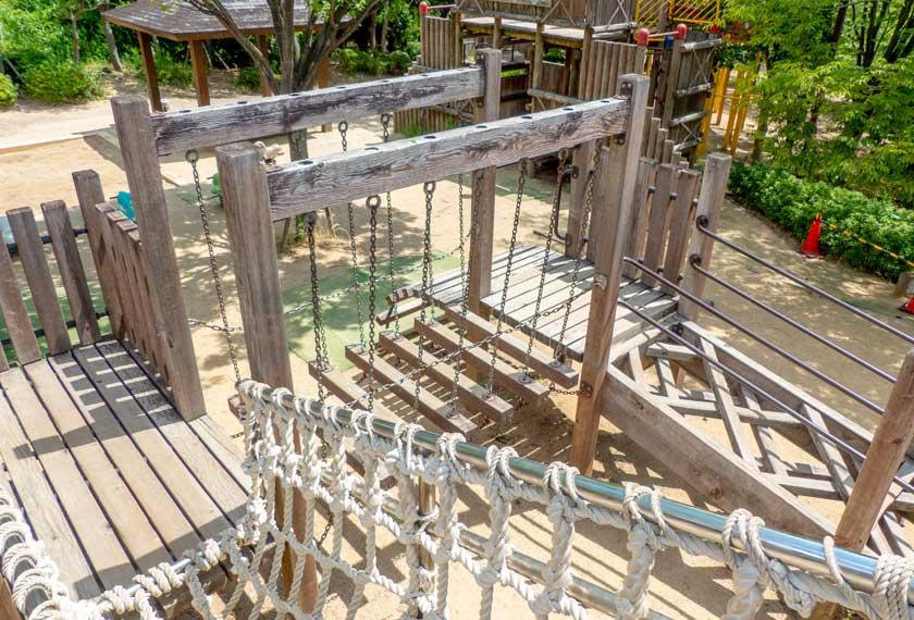 元浜緑地の吊り橋遊具