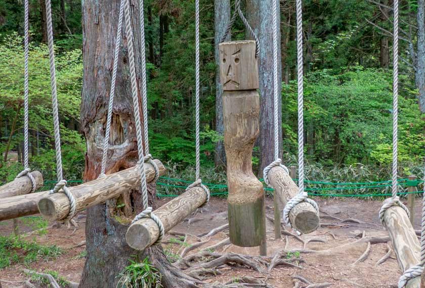 吊り橋と木製のかかし
