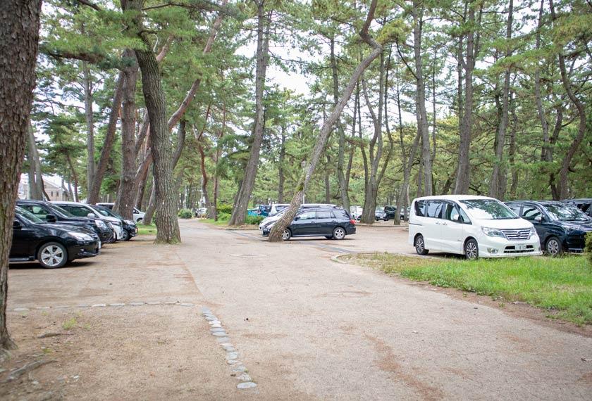 林の中にある駐車場