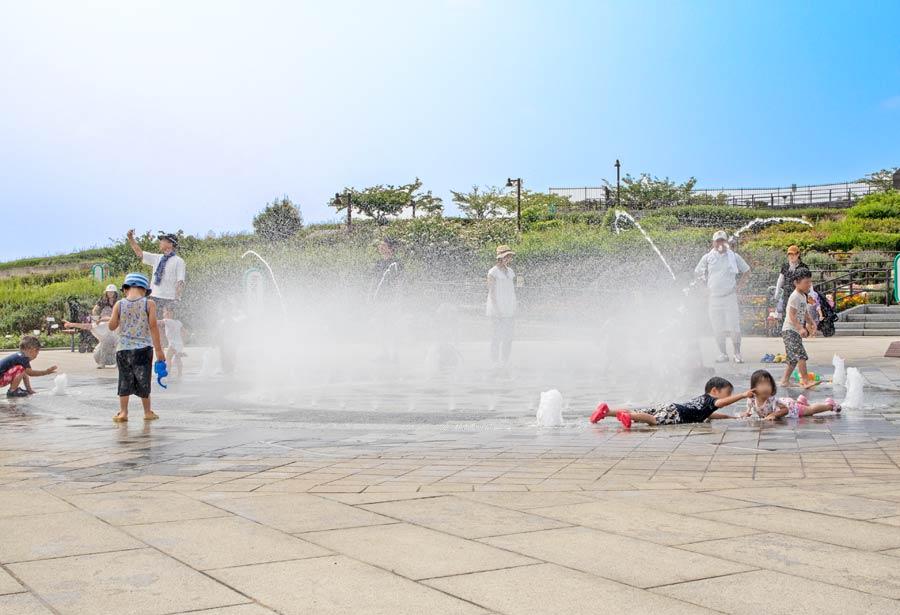 噴水で遊び子供たち